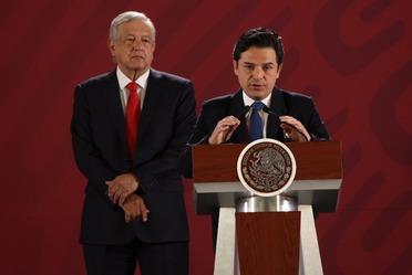 Zoé Robledo con el Presidente Andrés Manuel López Obrador en Conferencia matutina.