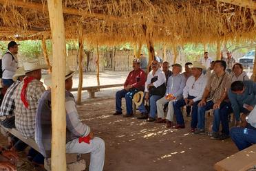 Se reúne Victor M. Toledo con habitantes de los ocho pueblos de la tribu Yaqui.