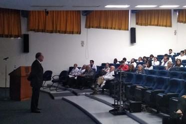 Doctor Miguel Ángel Lezana Fernández durante su presentación