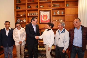 Imagen en la que aparecen estrechando un saludo la Directora General de Conagua, Blanca JIménez Cisneros y el Gobernador de Tlaxcala Marco Antonio Mena