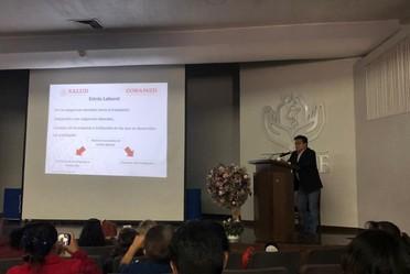 El doctor Fernando Meneses González durante la impartición de la conferencia.