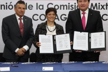 Imagen en la que aparece la Directora General de CONAGUA, Blanca Jiménez Cisneros, junto Jorge Zavala Hidalgo, Titular del Servicio Meteorológico Nacional y el Director General de la CMIC, Eduardo Ramírez Leal, mostrando el convenio firmado.