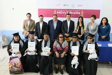 Entrega el INEA los primeros cinco certificados de primaria a personas con discapacidad visual