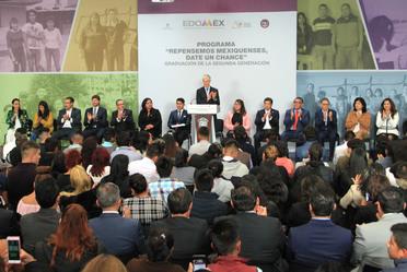 "El Gobernador del Estado de México entregó constancias a egresados del programa ""Repensemos mexiquenses, date un chance"""