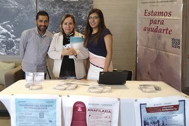 QFB. Daniela Carrasco Zúñiga, LIC. Jorge A. Collado Peña representantes de la CONAMED con la Dra. Laura María Diaz Guzmán Presidenta de la Asociación Dental Mexicana.