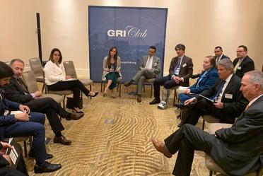 imagen de una reunion de personas, al fondo un panel con el logo de GRI CLUB