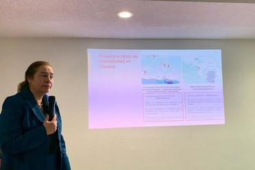 la directora general de promtel presenta una diapositiva sobre conectividad en oaxaca
