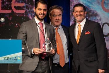 Juan González Castelán, Subdirector de Gestión Institucional de Fonatur Tren Maya, recibe el reconocimiento