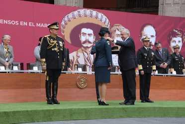 """Ceremonia de Entrega de Condecoraciones y Ascensos en el marco del """"CIX"""" Aniversario del Inicio de la Revolución Mexicana, Palacio Nacional"""