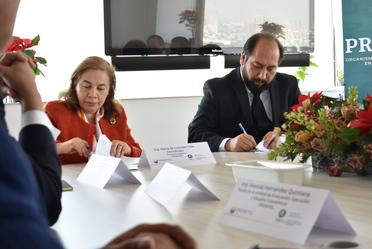 directora general de promtel y presidente del colegio de ingenieros firmando un convenio