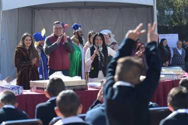 Los Reyes Magos entregaron regalos a las y los integrantes de las Casas Cuna y Casas Hogar que administra el Sistema Nacional para el Desarrollo Integral de la Familia, también partieron rosca y realizaron actividades lúdicas y recreativas durante el fest