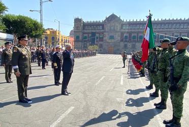 Funcionarios acompañando al presidente