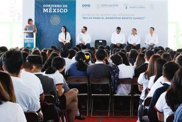Entrega de 1070 Becas Benito Juárez en Instituto Campechano