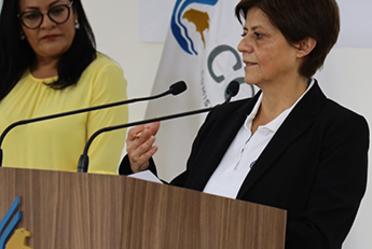 Imagen en la que aparece la Directora General de Conagua, Blanca Jiménez Cisneros frente a un micrófono.