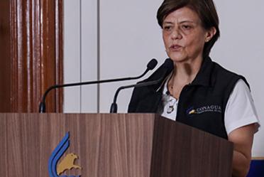 Fotografía de la directora general de la Conagua, Blanca Jiménez Cisneros, durante la conferencia de prensa sobre la formación de la Depresión Tropical Tres en el Golfo de México. Logotipo de Conagua.