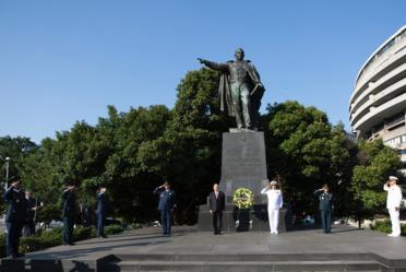 Ceremonias de depósito de ofrendas florales. Estatua de Benito Juárez