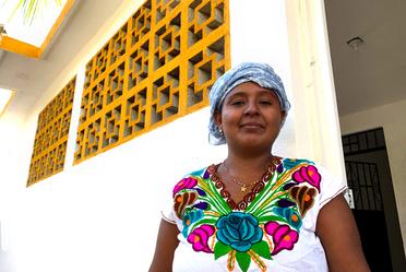 Beneficiaria del Programa de Mejoramiento Urbano en Acapulco frente a su casa.