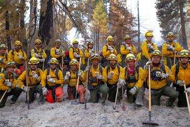 101 combatientes mexicanos apoyan en el control de incendios forestales en California, EUA.
