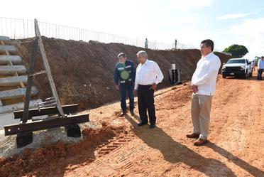 El presidente Andrés Manuel López Obrador revisa la placa otrora sobre el río Usumacinta.