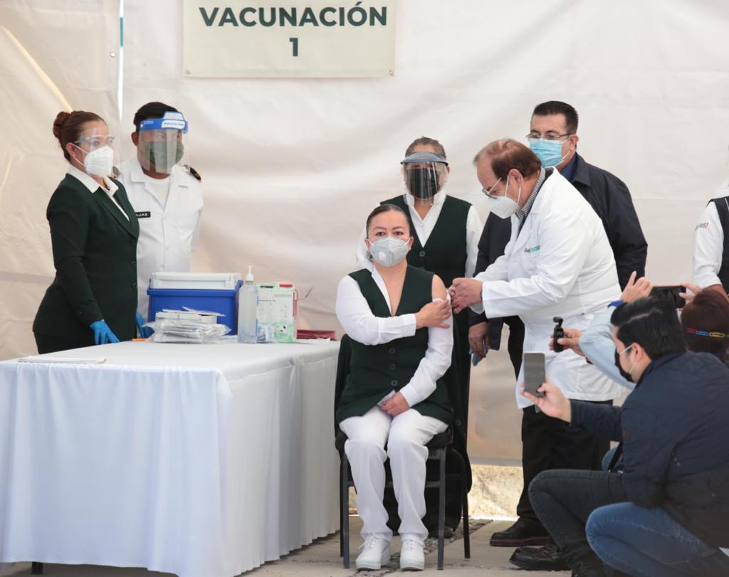 Personal de salud, vacunándose contra COVID-19