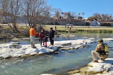 Grupo Beta Piedras Negras rescata a familia migrante en el Río Bravo