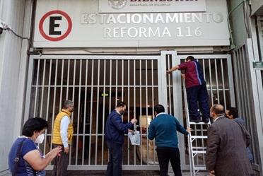 Foto del personal de la Secretaría retirando los sellos de resguardo en inmueble oficial