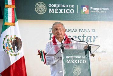 Presidente AMLO en podium