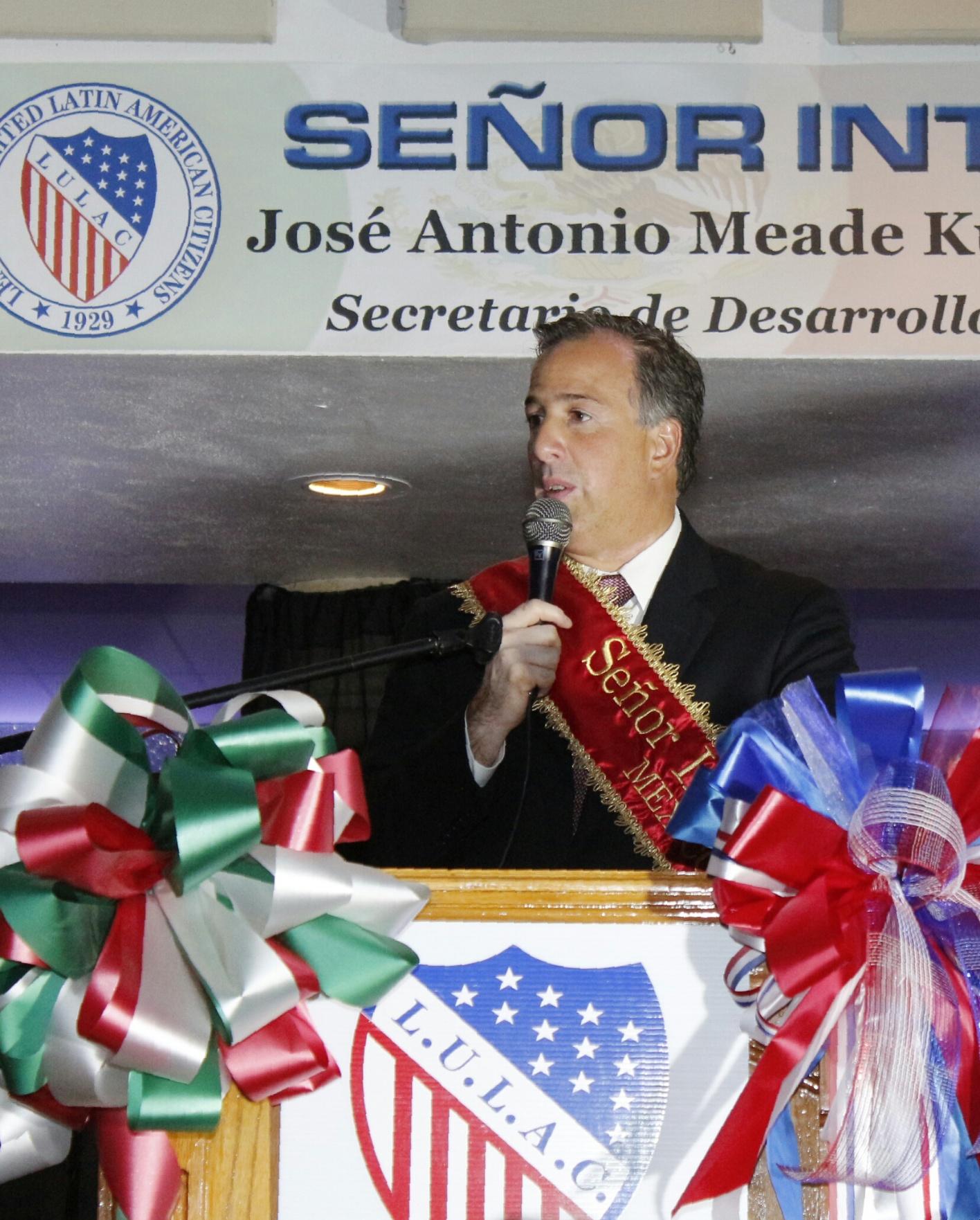 FOTO 2 Recibe el secretario Meade en Laredo  Texas  reconocimiento Se or Internacional 2016.jpg