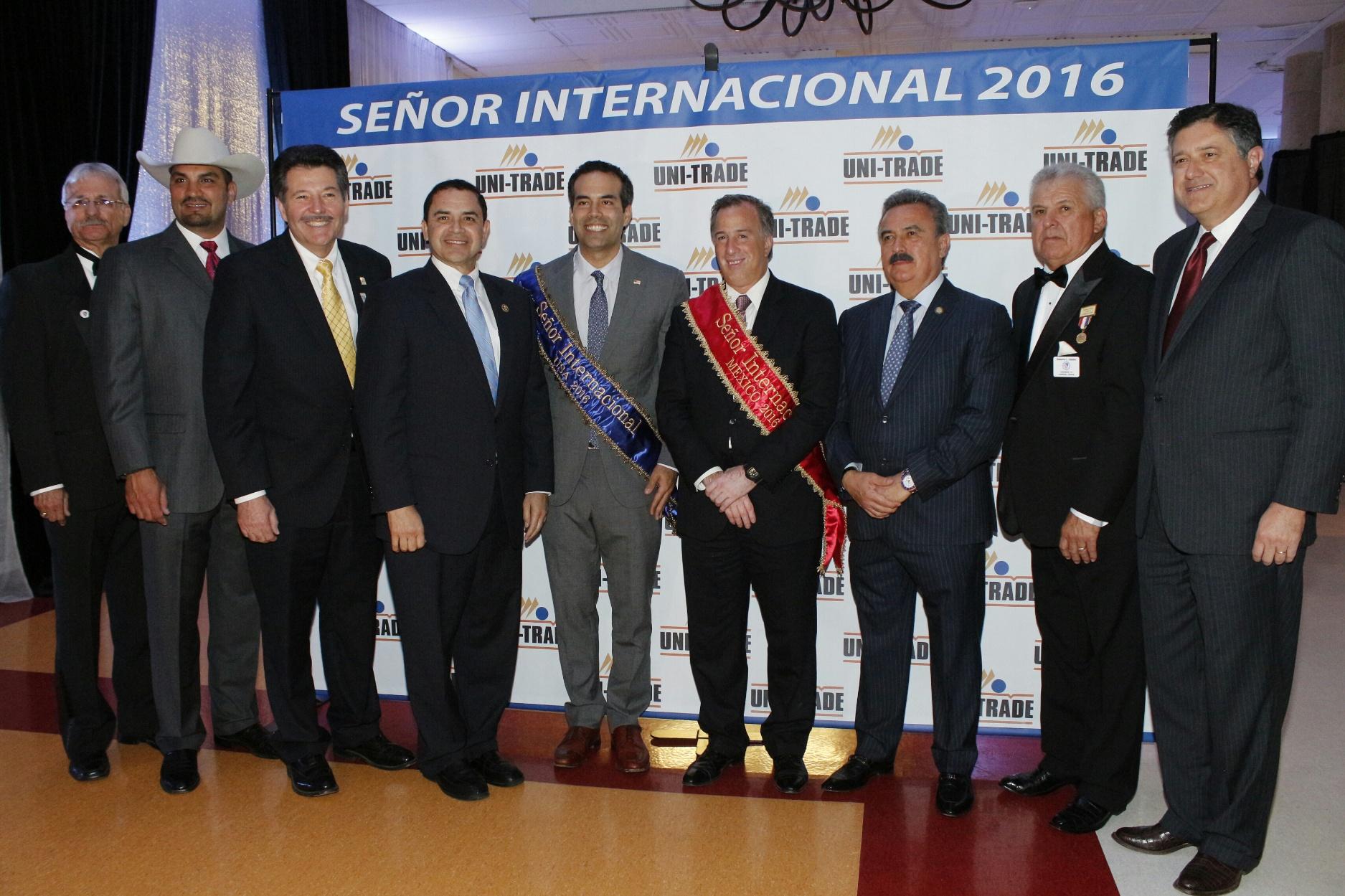 FOTO 4 Recibe el secretario Meade en Laredo  Texas  reconocimiento Se or Internacional 2016.jpg