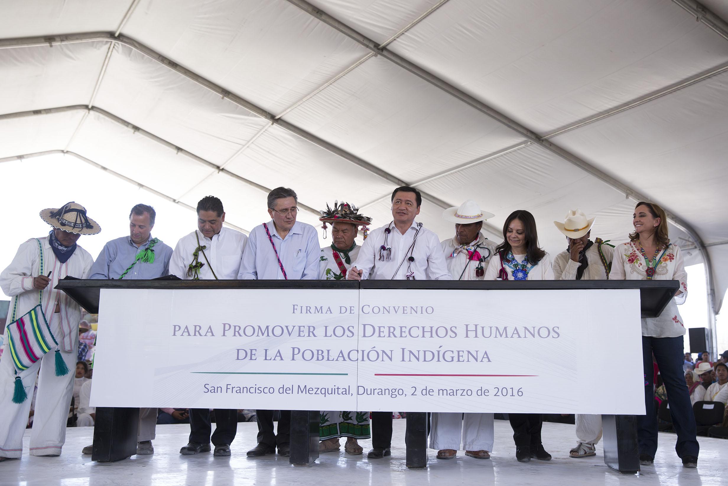 FOTO 1 Firma del convenio para promover los Derechos Humanos de la Poblaci n Ind gena.jpg