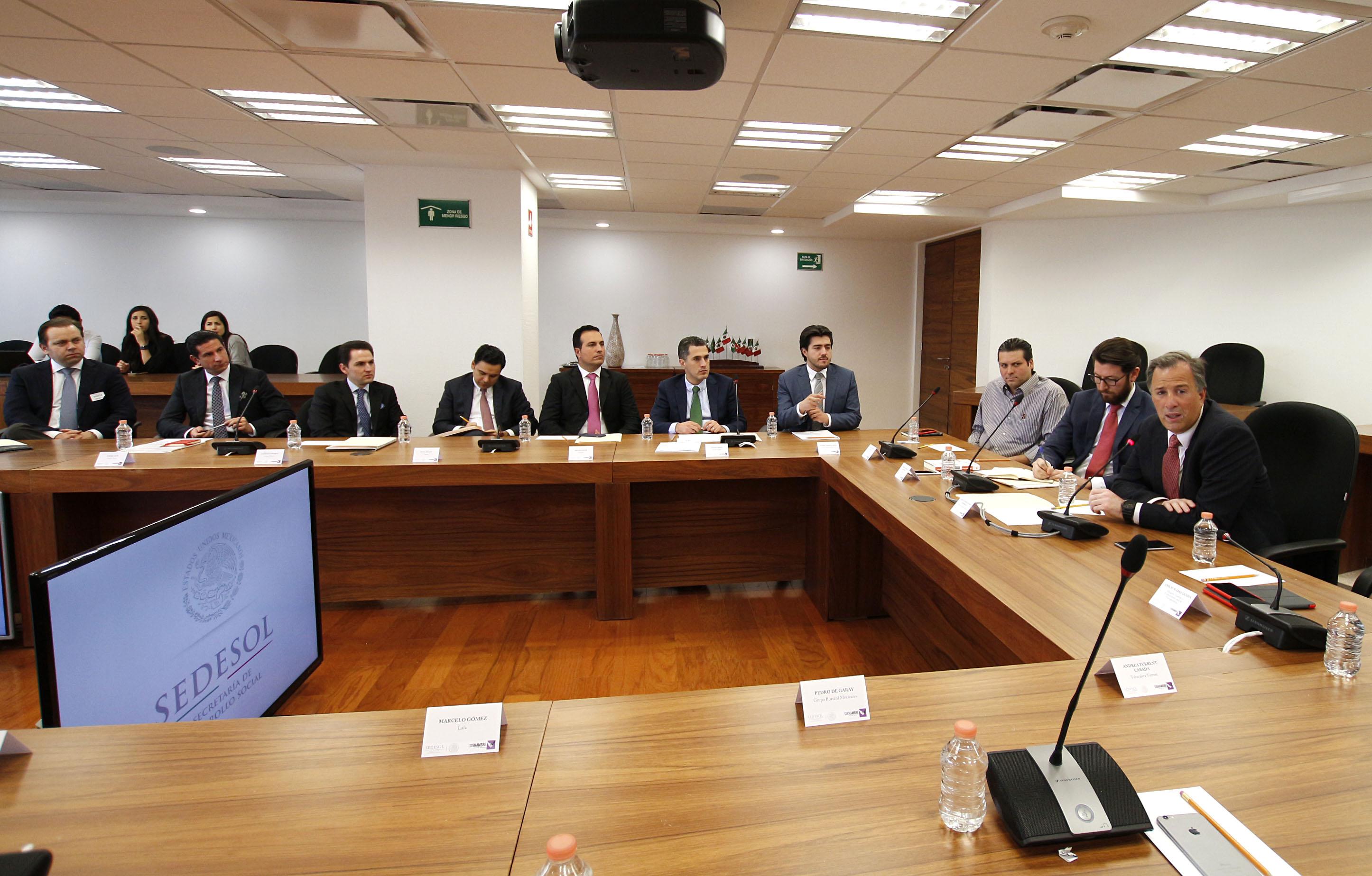 FOTO 2 El secretario de Desarrollo Social se reuni  con j venes empresarios para invitarlos a unirse a las tareas para abatir la pobrezajpg