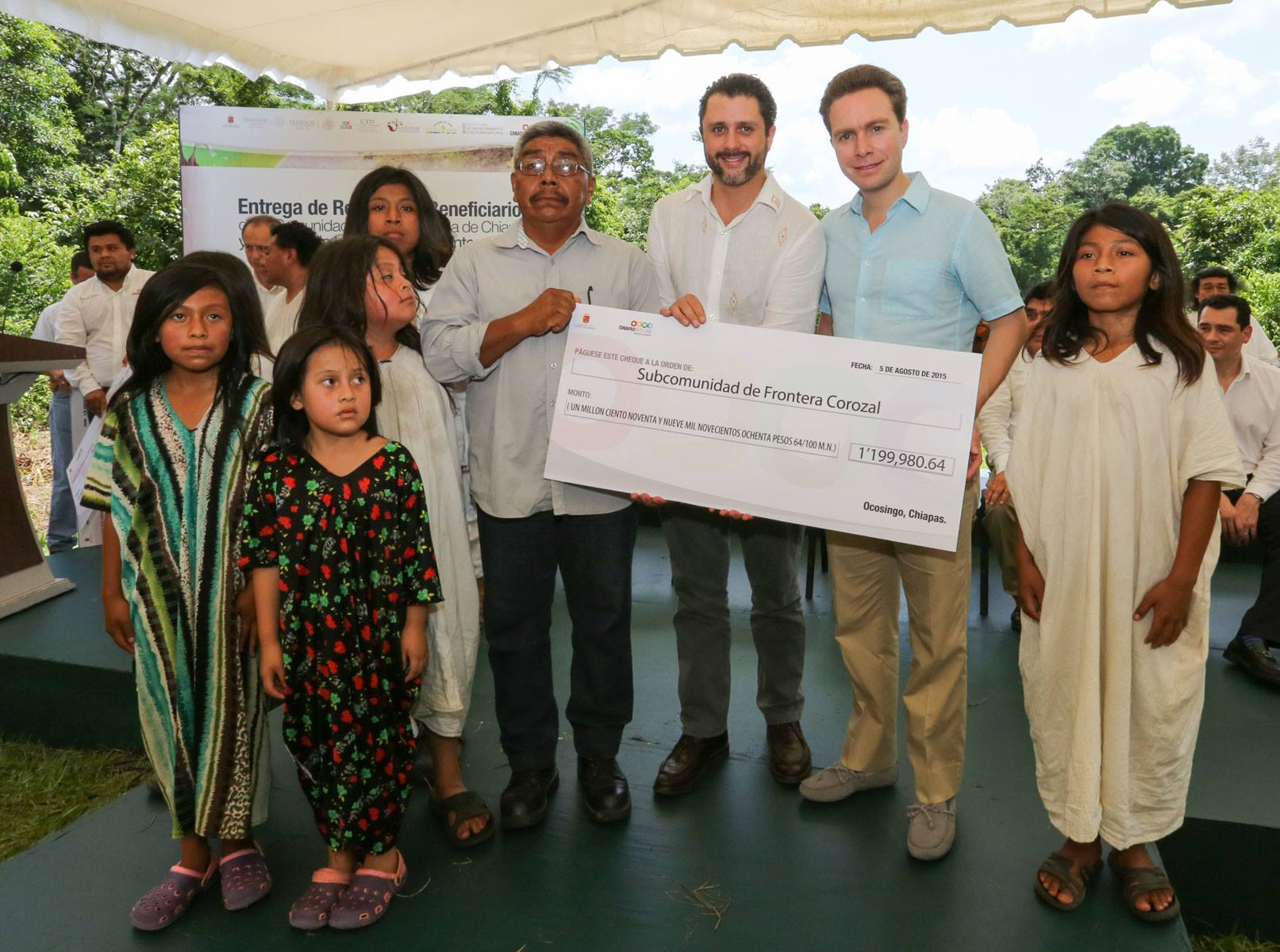 Alejandro Del Mazo y Manuel Velasco Coello Gobernador de Chiapas con lacandones Foto Icoso.jpg