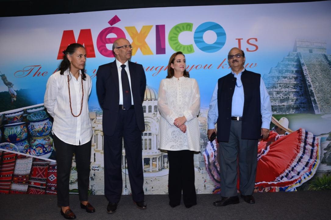 FOTO 2 Inaugaci n de la exposici n fotogr fica  Mexico is   que se exhibe en el metro de la Indiajpg