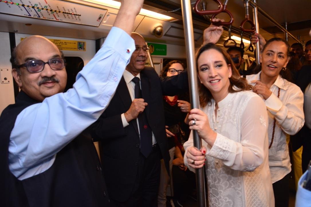 FOTO 1 Inaugaci n de la exposici n fotogr fica  Mexico is   que se exhibe en el metro de la Indiajpg