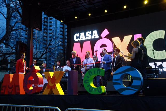 FOTO 4 El Subsecretario  Carlos P rez Verd a  acompa ado del C nsul  Carlos Gonz lez Guti rrez  inaugur  la  Casa M xico jpg