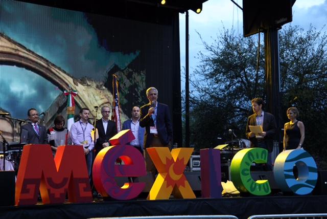 FOTO 2 El Subsecretario  Carlos P rez Verd a  acompa ado del C nsul  Carlos Gonz lez Guti rrez  inaugur  la  Casa M xico jpg