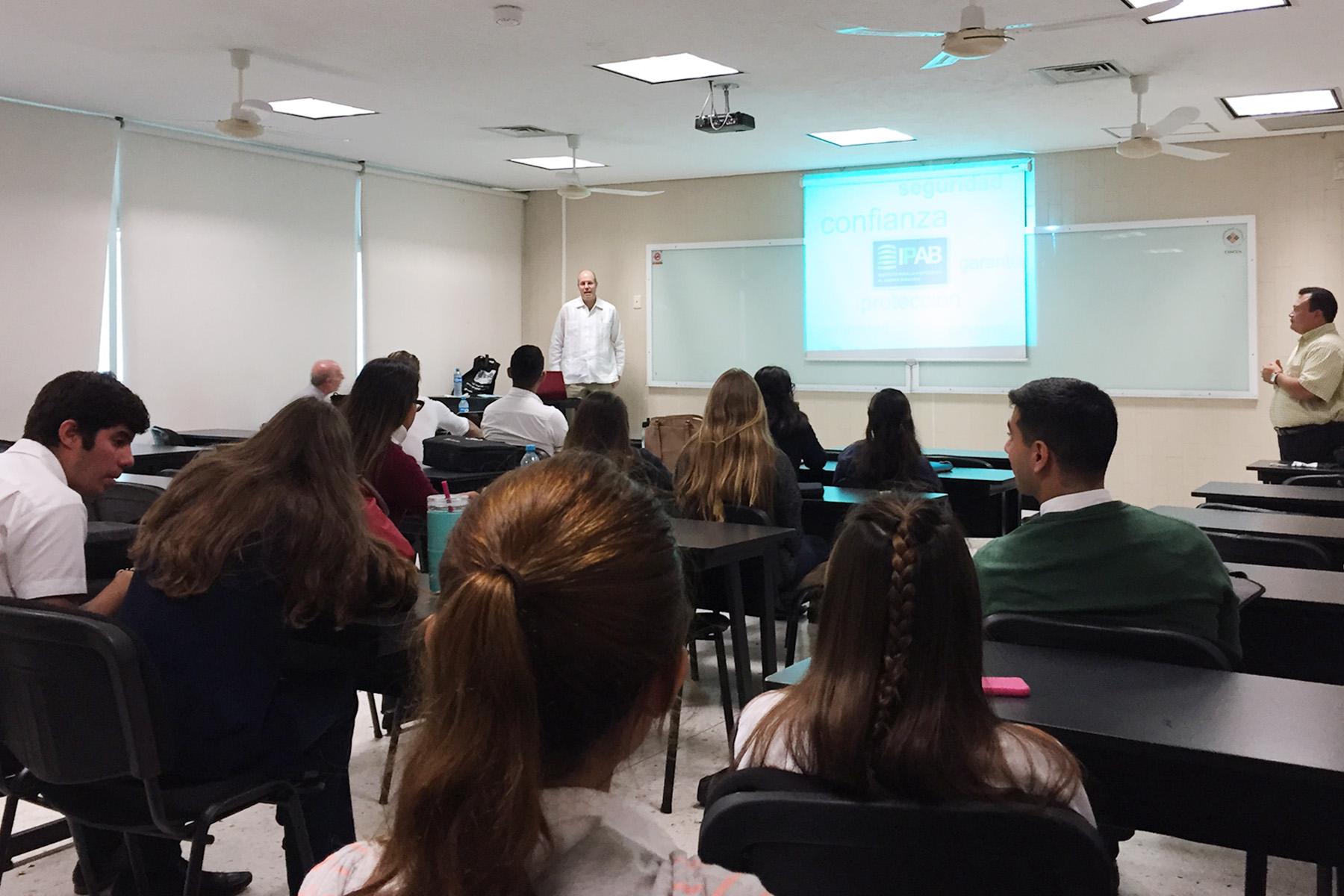 Miguel Ángel Vielva, Director General de Administración y Seguimiento de Activos. Semana Nacional de Educación Financiera 2015, Universidad Anáhuac, Cancún, Quintana Roo.
