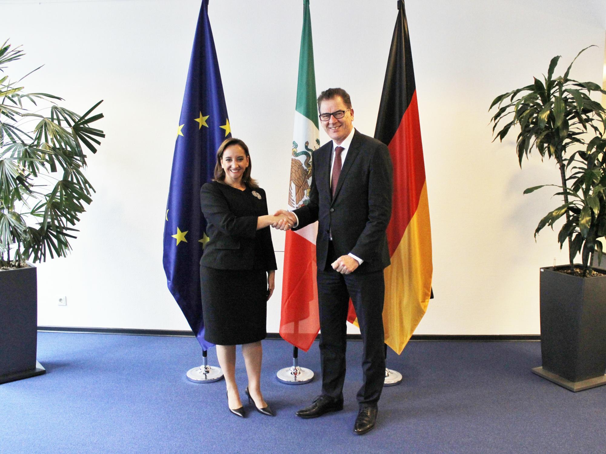 FOTO 1 Canciller Claudia Ruiz Massieu con el Ministro Federal de Cooperaci n Econ mica y Desarrollo  Gerd M llerjpg