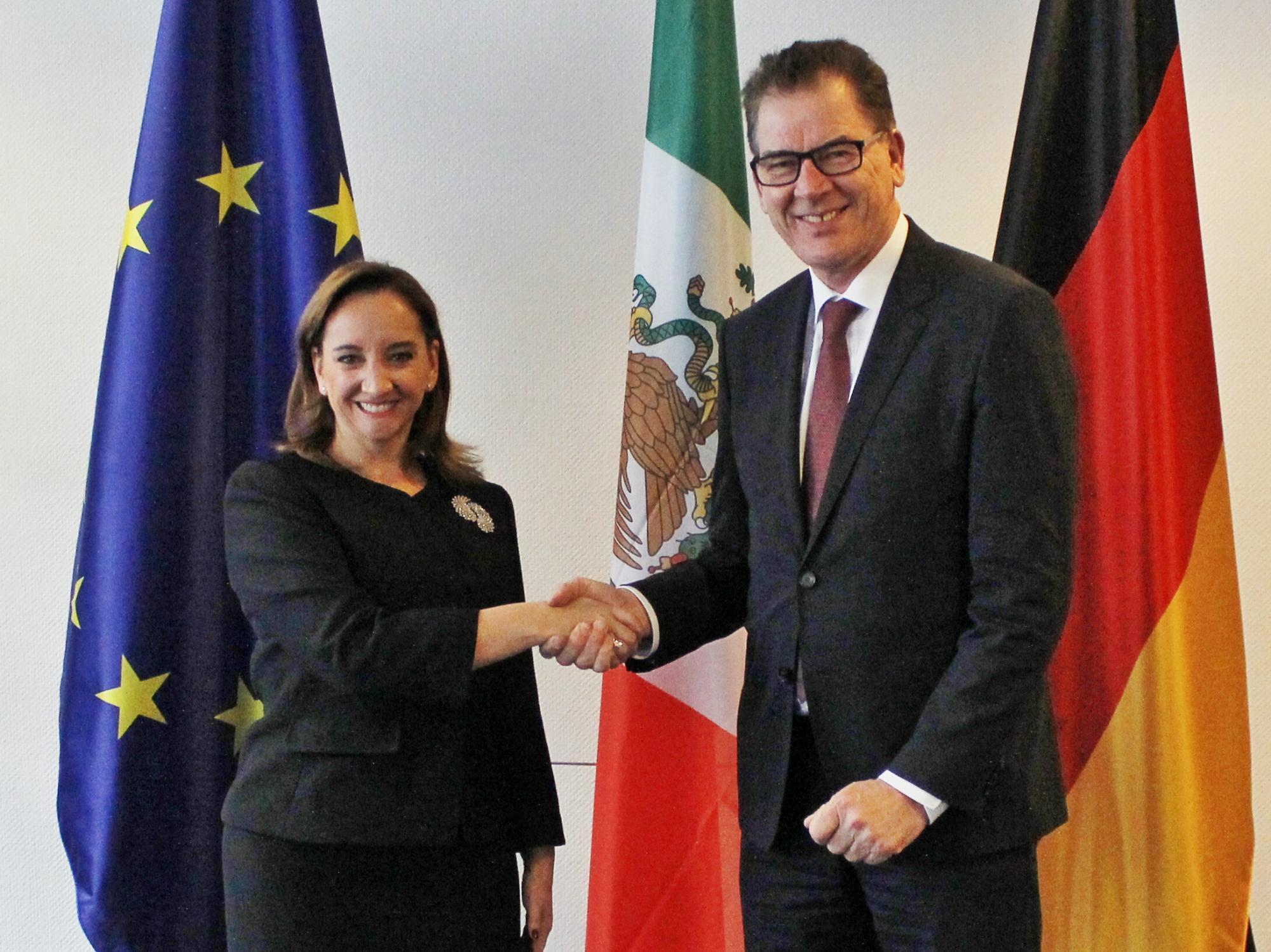 FOTO 2 Canciller Claudia Ruiz Massieu con el Ministro Federal de Cooperaci n Econ mica y Desarrollo  Gerd M llerjpg