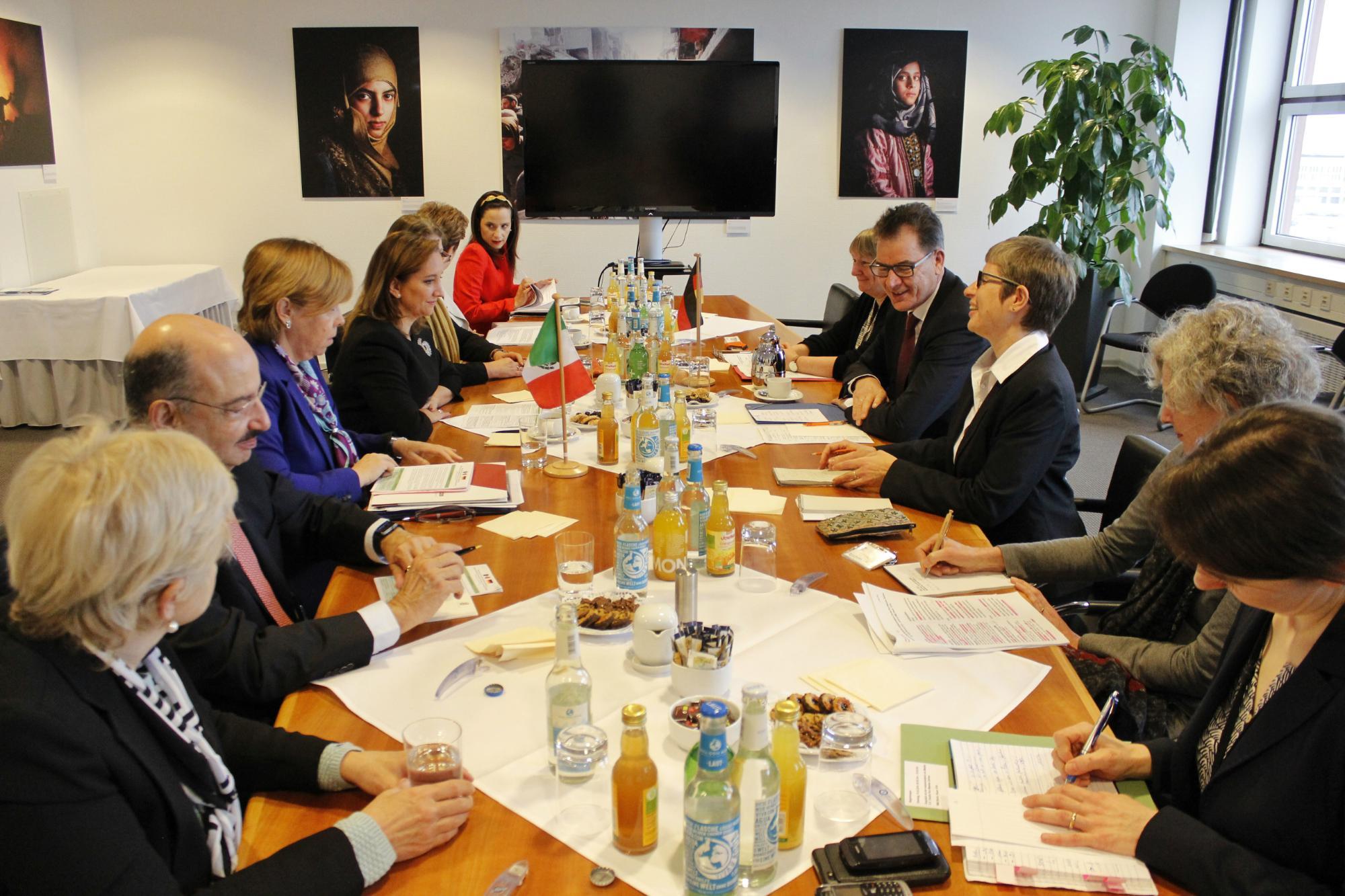 FOTO 3 Canciller Claudia Ruiz Massieu con el Ministro Federal de Cooperaci n Econ mica y Desarrollo  Gerd M llerjpg