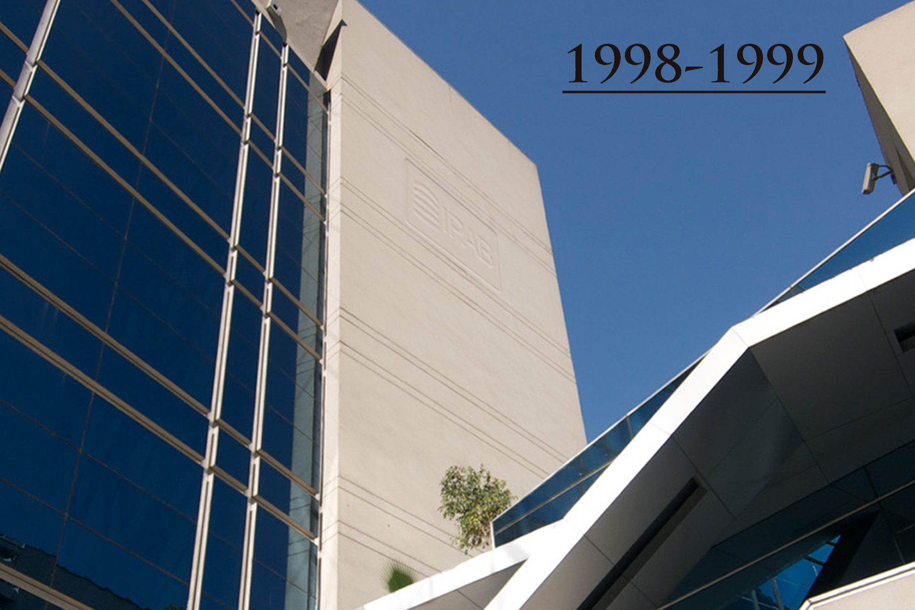 La iniciativa del Ejecutivo así como la de la LPAB, fueron dictaminadas de manera conjunta. Los días 12 y 13 de diciembre de 1998, la Cámara de Diputados y la Cámara de Senadores, respectivamente, aprobaron la LPAB, que fue publicada en el Diario Oficial de la Federación el 19 de enero de 1999.