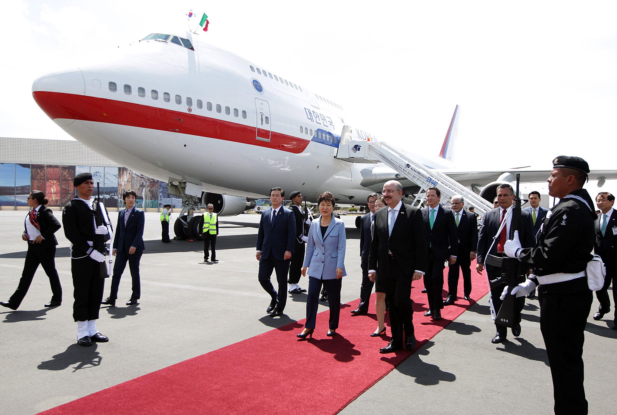 FOTO 3 Arribo de la Presidenta de la Rep blica de Corea  Excma Sra Park Geun hyejpg