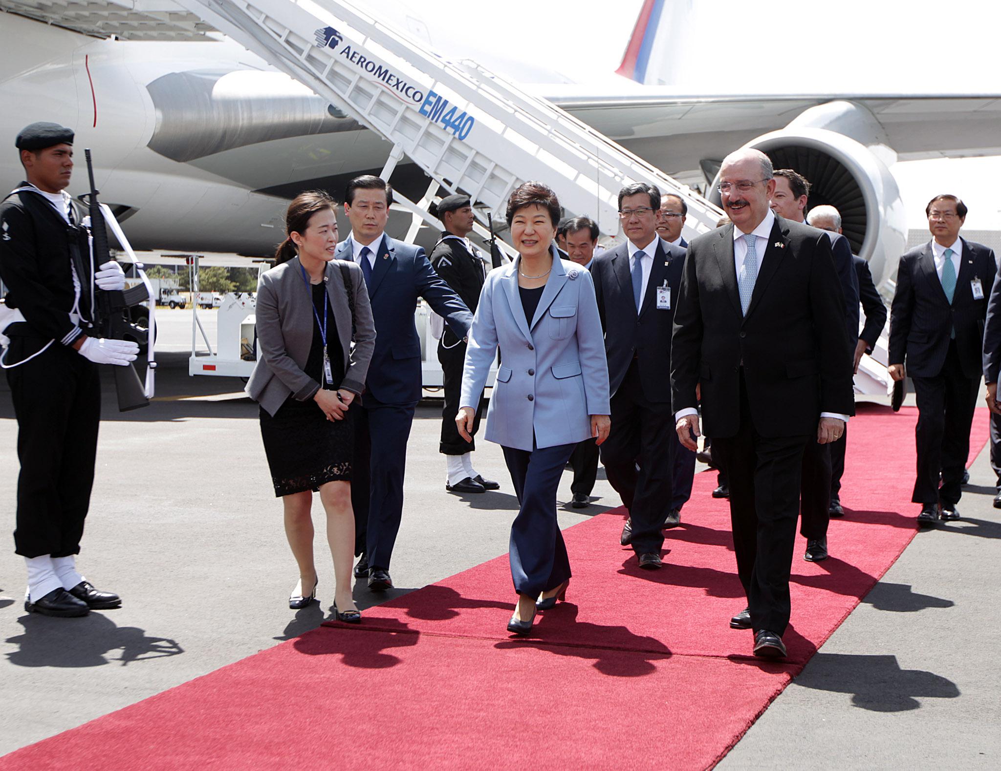 FOTO 2 Arribo de la Presidenta de la Rep blica de Corea  Excma Sra Park Geun hyejpg