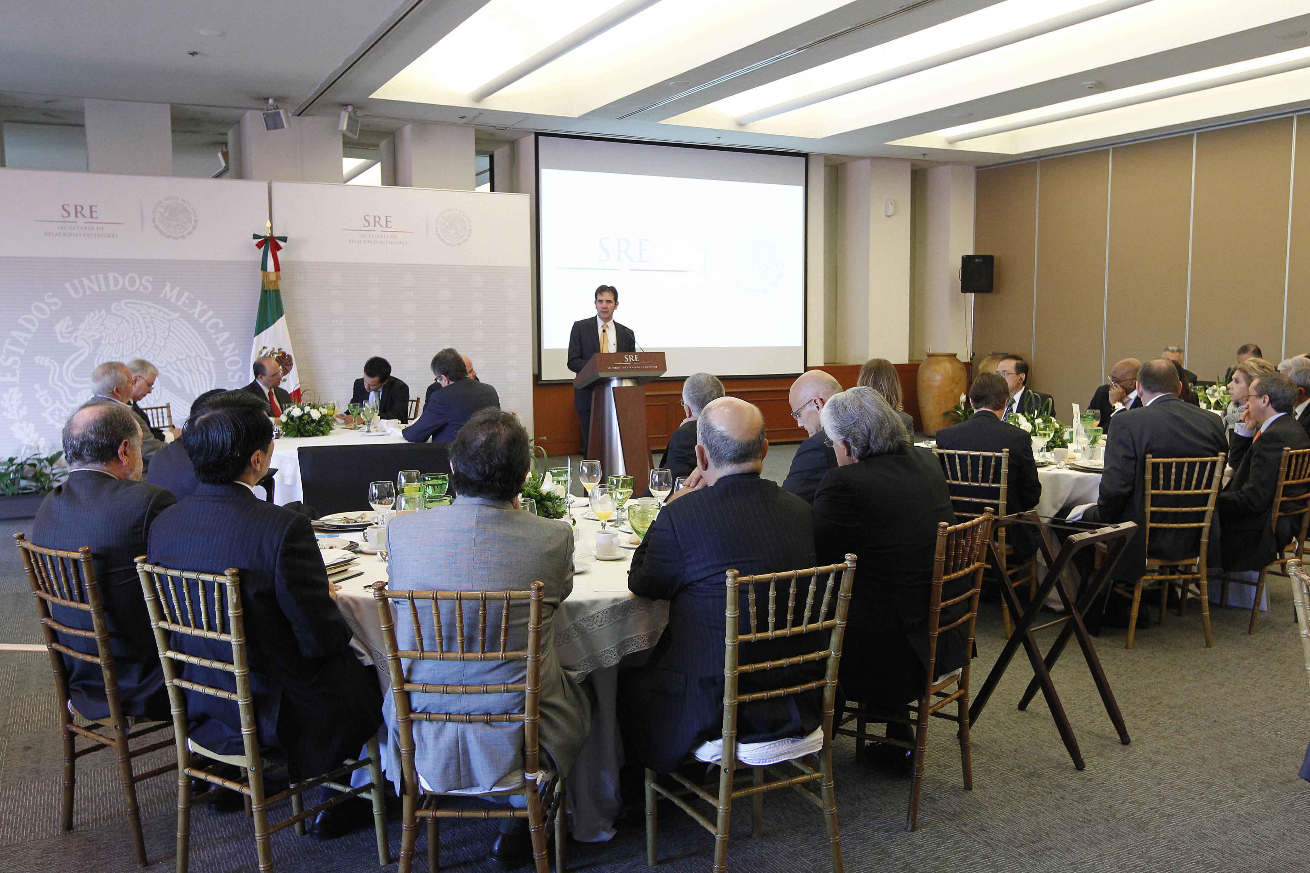 FOTO 2 Consejero presidente del INE  Lorenzo C rdova  se reuni  con el cuerpo diplom ticojpg