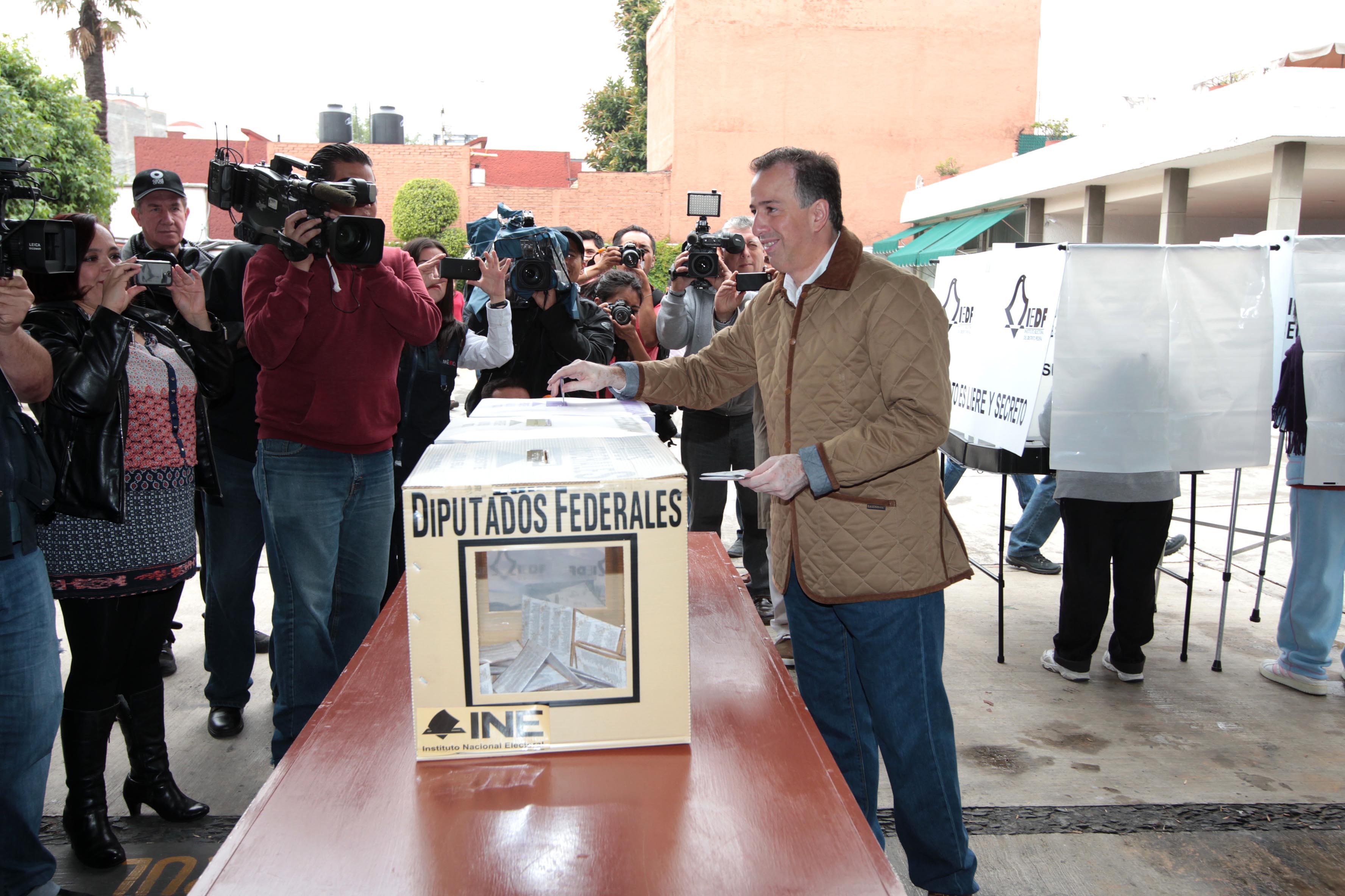 FOTO 2 Canciller Jos  Antonio M ade acudi  a votar este 7 de juniojpg