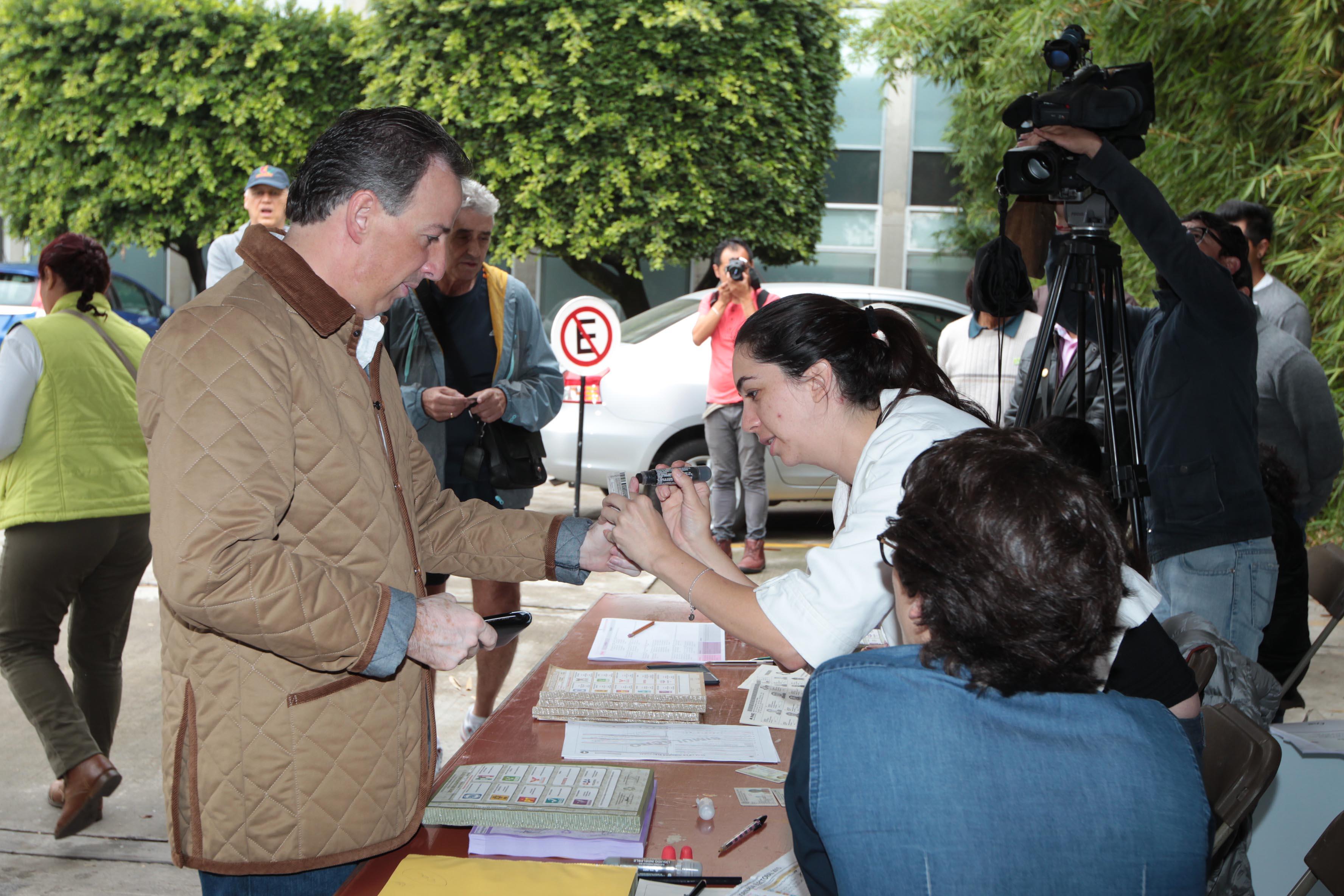 FOTO 3 Canciller Jos  Antonio M ade acudi  a votar este 7 de juniojpg