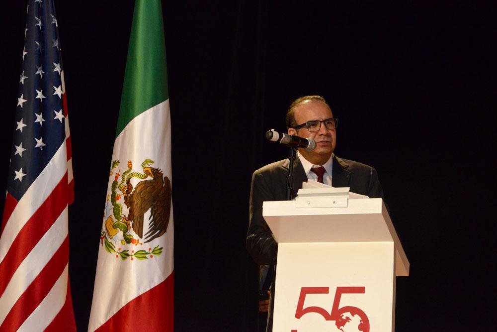 Exhorta Alfonso Navarrete Prida a jóvenes a concluir estudios superiores