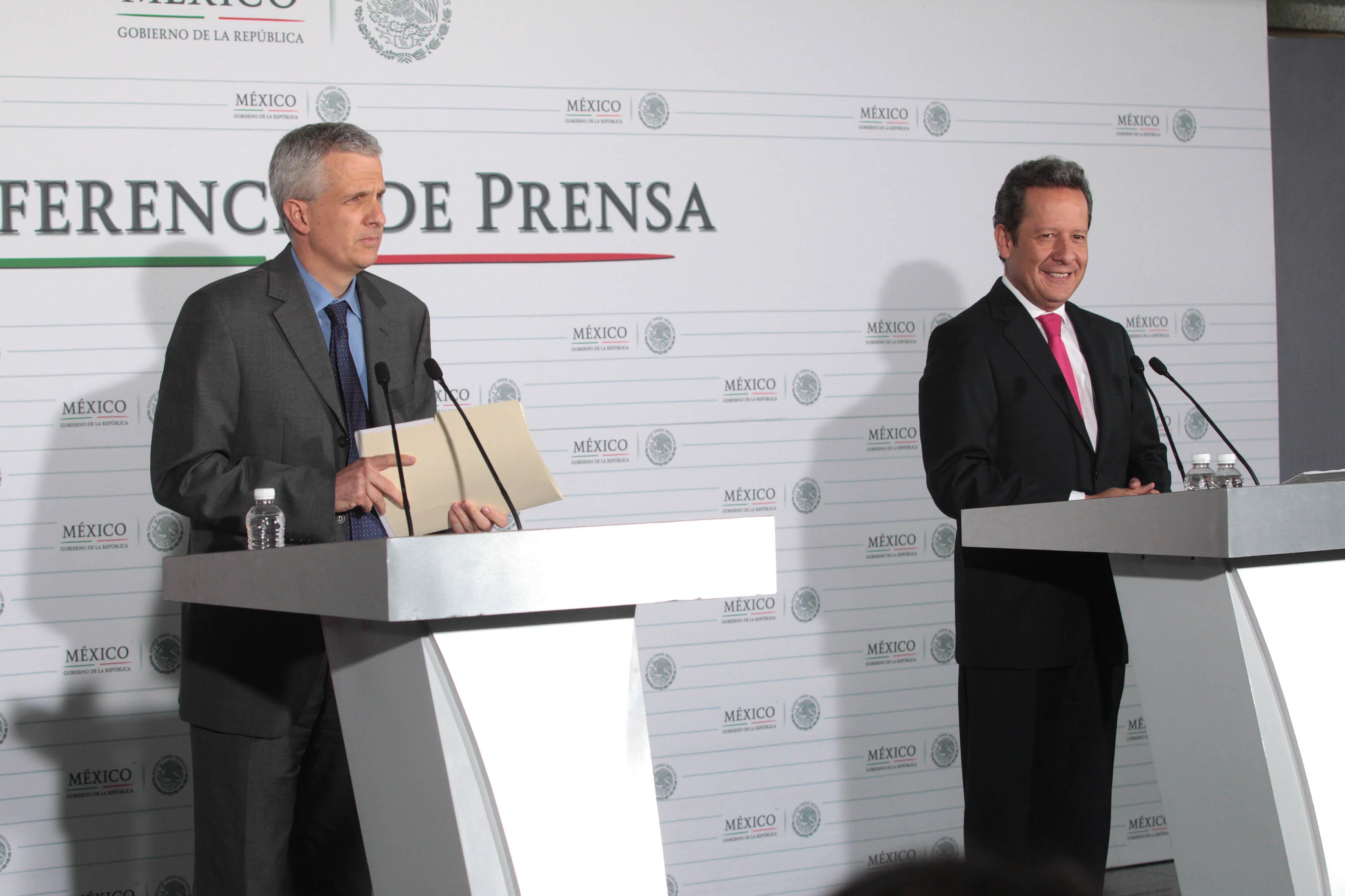 FOTO 1 El vocero Eduardo S nchez con Carlos P rez Verd a  coordinador de Asesores de la SREjpg