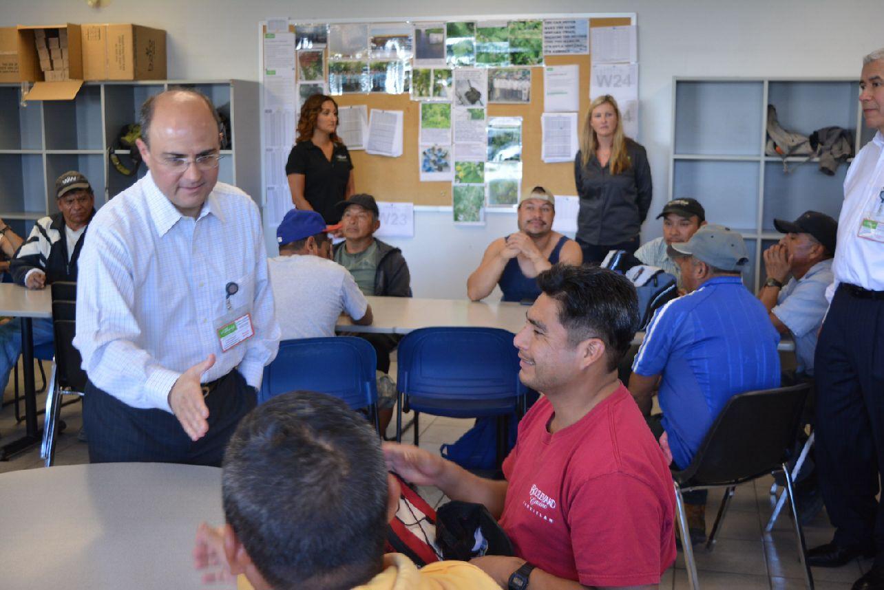 Foto 2 El subsecretario Sergio Alcocer se reuni  con trabajadores mexicanos en Columbia Brit nicajpg