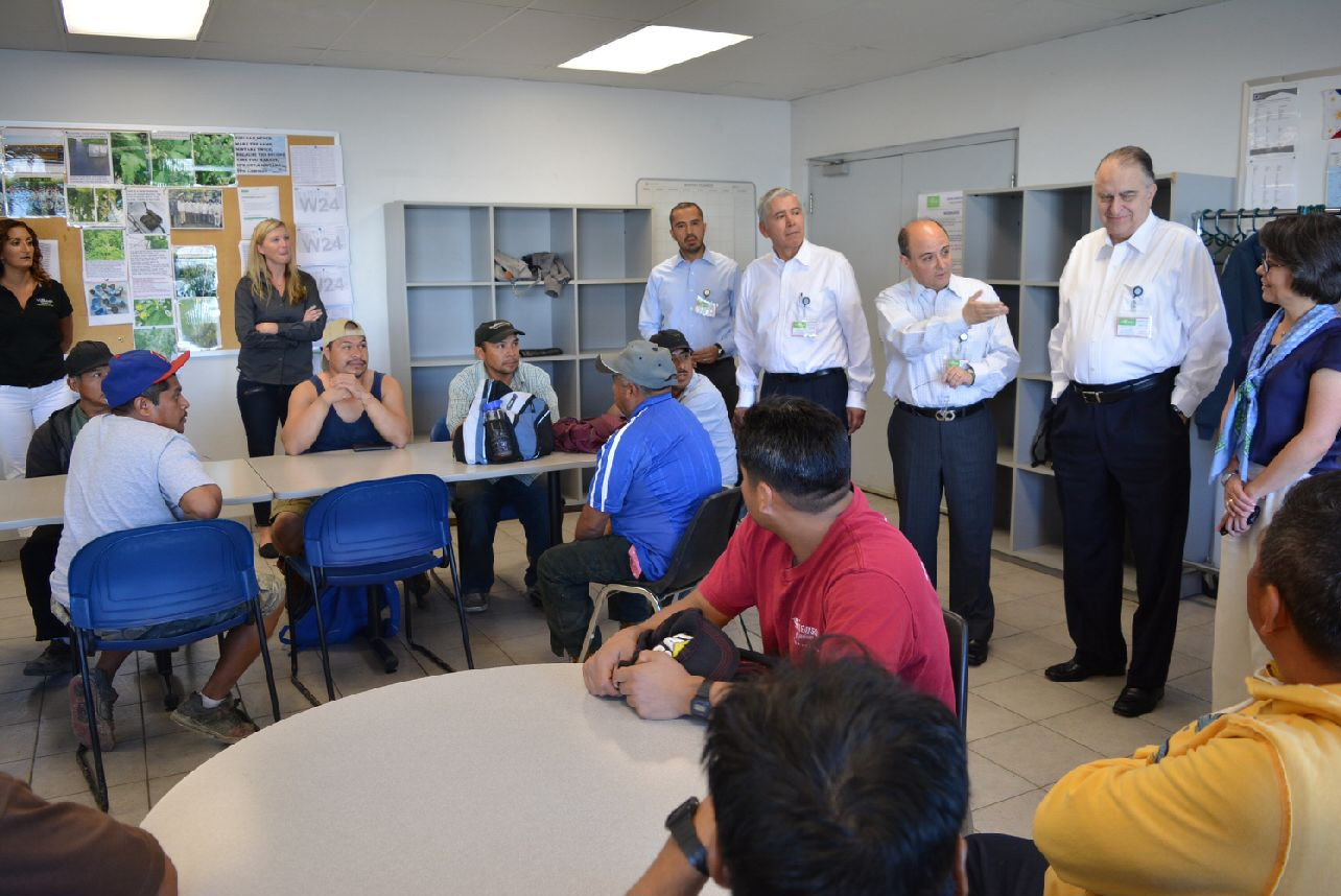 Foto 3 El subsecretario Sergio Alcocer se reuni  con trabajadores mexicanos en Columbia Brit nicajpg